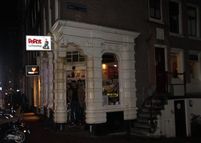 Coffeeshop Popeye at night entrance